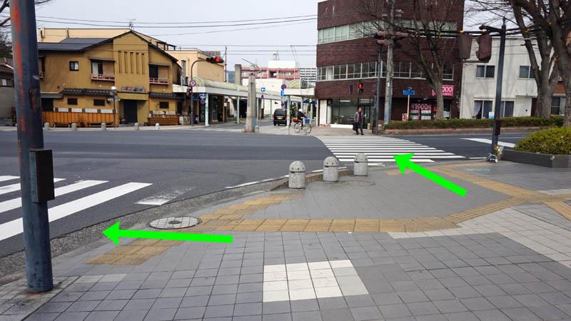 ผิวต่างสัมผัสแบบนำทาง ชี้ทิศที่ต้องเดินข้ามถนน