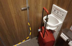ประตูห้องน้ำเปิดแล้วไม่ชนกับกระเป๋า