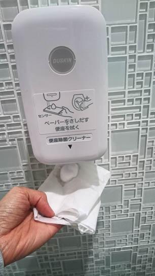 ผู้ใช้ห้องน้ำทำความสะอาดฝารองนั่งด้วยน้ำยา