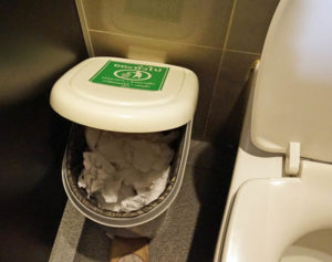 ถังขยะฝาอ้าได้ไม่กว้าง ผู้ใช้ที่ทิ้งทิชชูแล้วไม่ลงถัง อาจไม่อยากหยิบขึ้นมาทิ้งใหม่